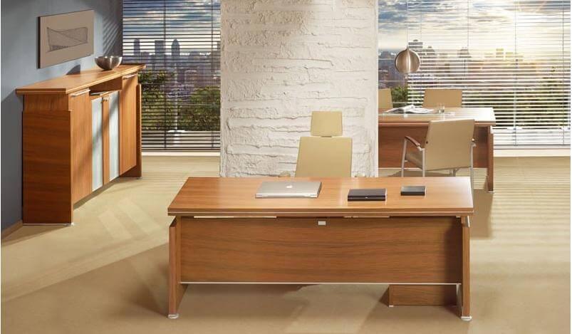 Wykonczenie biura jasnym drewnem