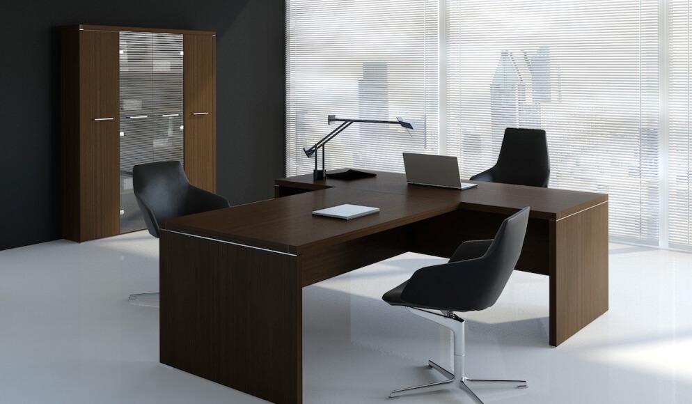Wykonczenie biura ciemnym drewnem
