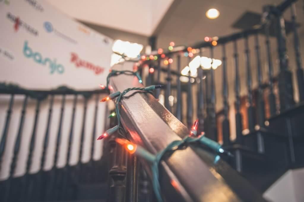 lampki świąteczne na poręczy
