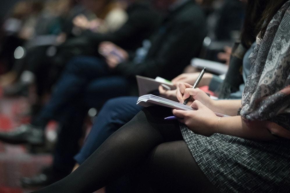 Krzesła konferencyjne z pulpitem - sposób na usprawnienie szkoleń i spotkań